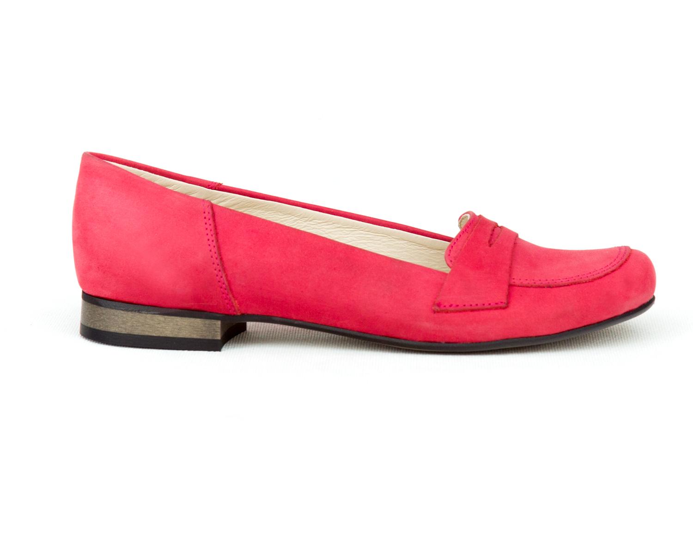 Jeśli nie masz pomysłu jakie buty będą pasowały do Twojej stylizacji postaw na eleganckie i proste skórzene lordsy ZAPATO. Ten model skórzanych damskich butów będzie doskonale pasował zarówno do żakietu, zwiewnej sukienki, klasycznej spódnicy czy modnych jeansów. Balerinki lordsy na niskim obcasie są często mylone z mokasynami, ma to swojej uzasadnienie w kroju cholewki, który w obu modelach tych kobiecych butów jest podobny. Różnica między tymi dwoma typami wygodnych damskich butów widoczna jest na okrągłym nosku który w przypadku lordsów ma charakterystyczne wycięcia na bokach oraz wygodny i stabilny obcas.
