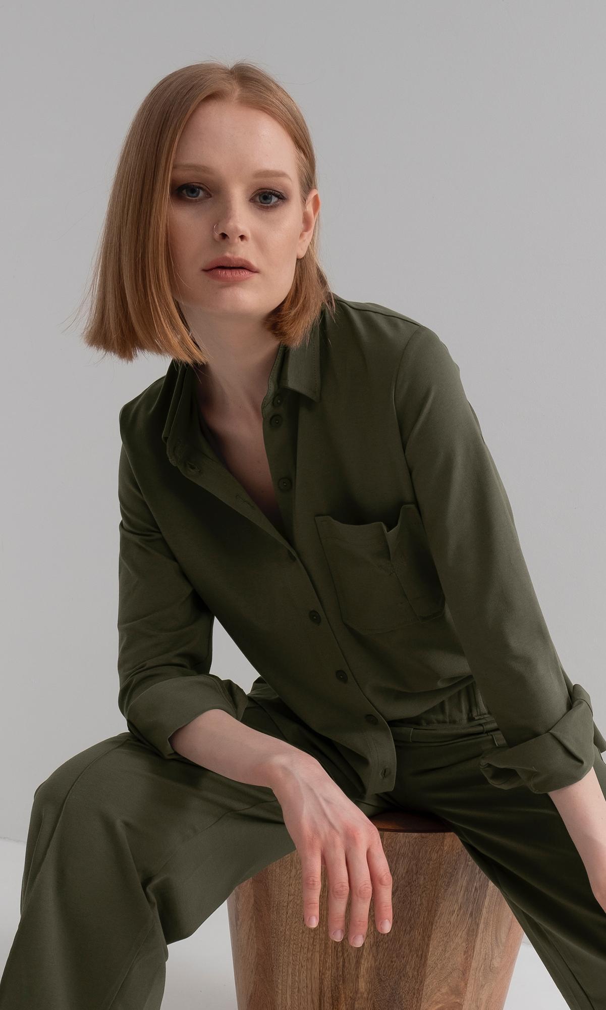 Koszula ANGELA to rodzaj minimalistycznej koszuli o luźnym fasonie, która pasuje do każdej stylizacji. koszula na stójce z kołnierzykiem na długi rękaw zakończony mankietem zapinanym na guzik na przodzie charakterystyczna duża asymetryczna kieszeń zapinana na guziki, po bokach rozcięcia wykonana z wysokogatunkowej bawełny, w dotyku jak jedwab nie trzeba jej prasować dostępny produkt do skompletowania w total look spodnie Victoria zalecane pranie w pralce na 40 stopni obroty wirowania max 700 modelka ma na sobie rozmiar S